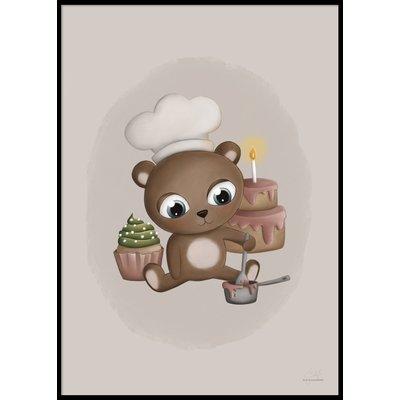 BAKING BABY BEAR - Plakat 50x70 cm